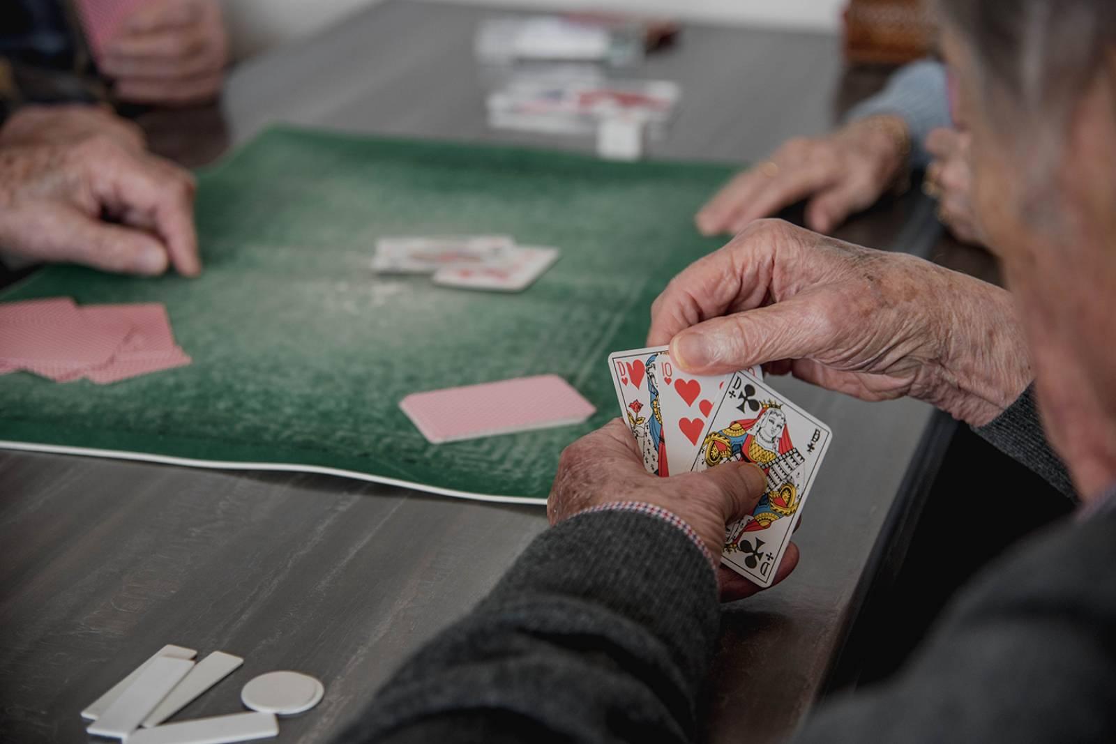 Atelier Jeux de société pour personnes âgées dans un établissement pour  seniors dans le 34 - Maison de retraite privée EHPAD à Montpellier -  Résidence senior HDG - Aramons Résidences